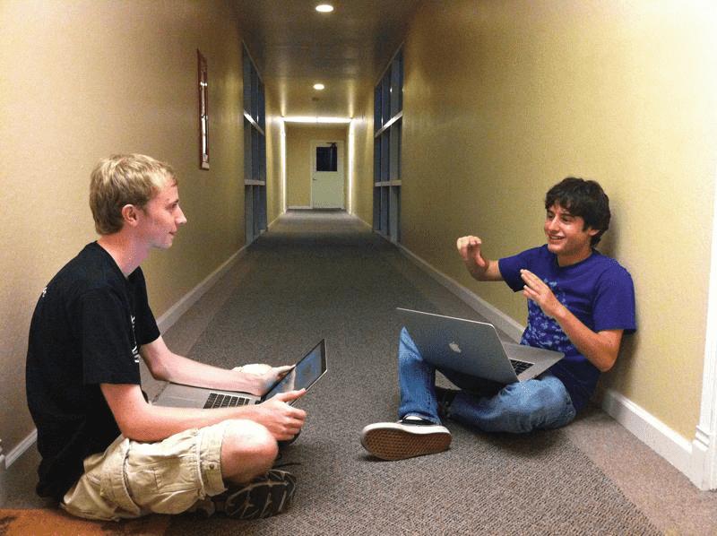 트위터 @SamDeBrule이 공개한 피그마 팀 Dylan Field와 Evan Wallace의 사진